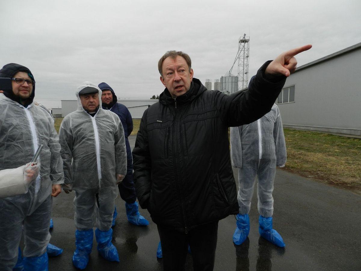 Управляющий «Викинга» Виктор Кирилюк и посетители фермы в специальных защитных комбинезонах