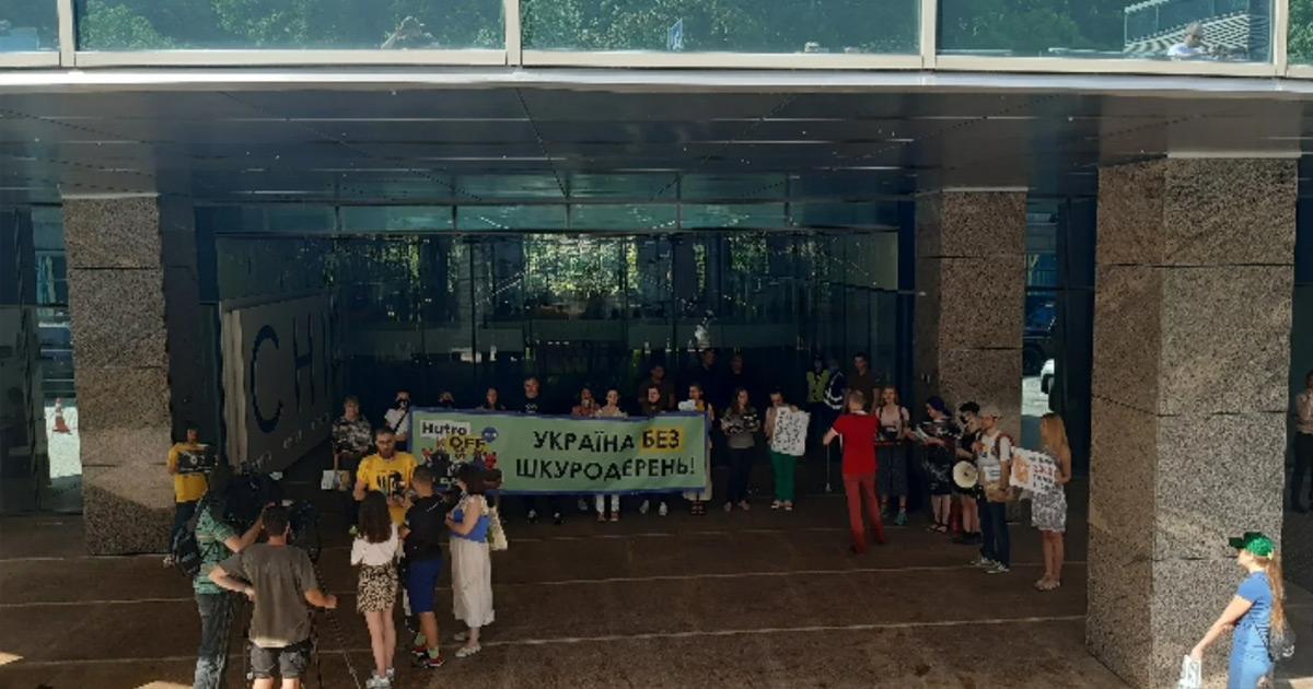 """15 профессиональных активистов требовали от """"Слуги народа"""" запретить зверофермы"""
