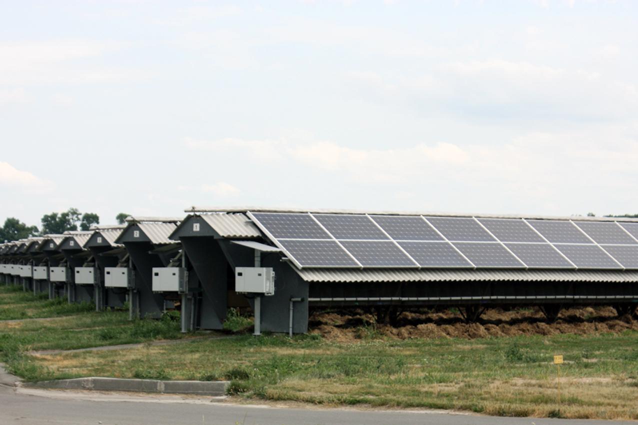 На всех крышах шедов установлены солнечные панели