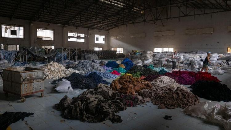 Сортування сотень тонн одягу на заброшеній фабриці в Камбоджі в рамках місії Clothing the Loop Фото Francois Le Nguyen / unsplash.com